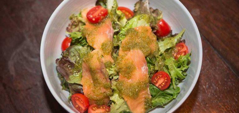 การทำอาหารแซลมอนอบกับสลัดมะม่วงอาโวคาโด