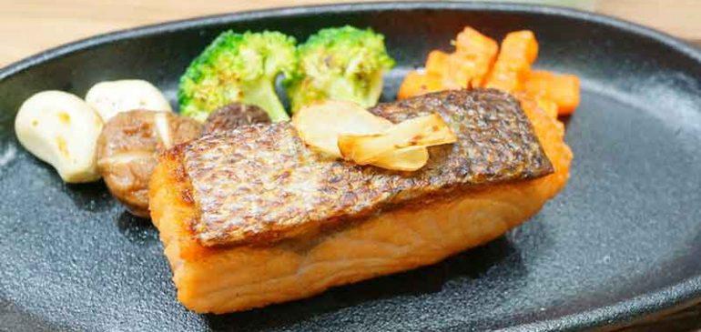 การทำ 'สเต๊กปลาแซลมอน' พร้อมข้าวผัดเนยกระเทียม